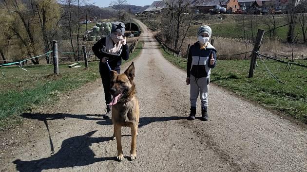 Eliška s Pepíčkem na procházce.