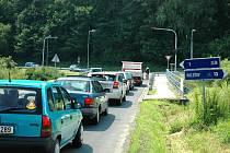 Střídání signálů na semaforu řídí čidla, která sledují přijíždějící vozidla