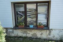 Rozbité okno v obci u Otrokovic