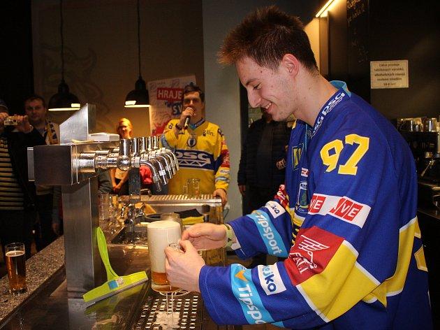 Hokejisté PSG Zlín svým fanouškům v Radegastovně Rex na Jižních Svazích ve Zlíně čepovali pivo, fotili se i podepisovali na suvenýry.