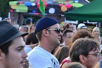 První den vizovického festivalu Trnkobraní 2012 se na hlavním pódiu vystřídaly hvězdy, jako je Václav Neckář a skupina Bacily, Xindl X s kapelou nebo Tomáš Klus.