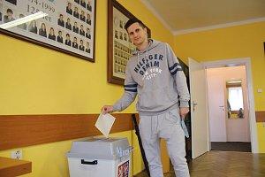 Brankář zlísnkých hokejových beranů Libor Kašík si volby nenechal také ujít.