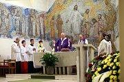Pohřeb Jaroslava Rybky v kostele svatého Filipa a Jakuba ve Zlíně.Arcibiskup olomoucký a metropolita moravský Jan Graubner