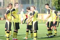 Fotbalisté Tečovic (ve žlutém) nezvládli sobotní duel 3. hraného kola I. B třídy skupiny B doma s Chropyní, které podlehli 2:4.