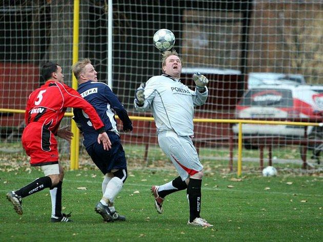 Utkání I. A třídy v Lukově, kde domácí fotbalisté (v červeném) nestačili na poslední Hrachovec (1:4)