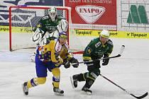 Extraligoví hokejisté Zlína (ve žlutém) přivítali v prvním domácím přípravném zápase Karlovy Vary.
