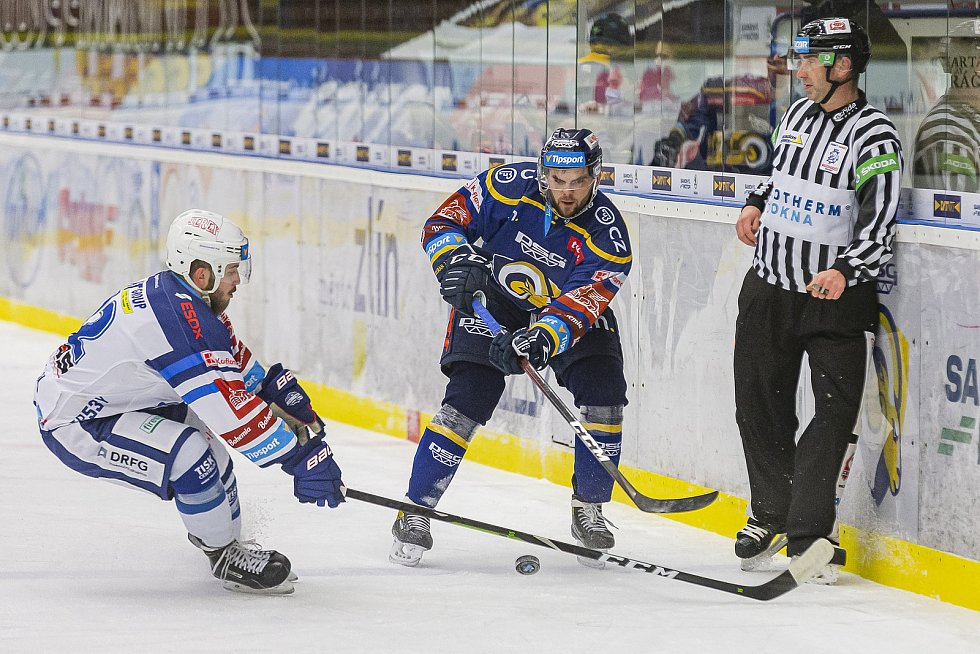 Extraligoví hokejisté Zlína (v modrém) v dohrávce 7. kola extraligy v úterý vyzvali  Kometu Brno. Na snímku Jakub Herman.