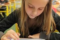 V Základní škole T. G. Masaryka začaly děti z tamní 6.A používat ve třech předmětech namísto učebnice moderní tablety iPad.