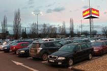 Parkoviště u Centro Zlín v Malenovicích. Ilustrační foto