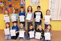 Děti z první třídy Základní školy Zádveřice-Raková s pololetním vysvědčením.