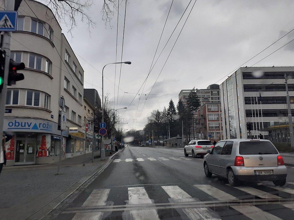 Obecně by řidiči měli dbát zvýšené pozornosti v místech, kde jsou školy a školky. Například v ulici Kvítková, nebo Štefánikova, kde je blízko hlavní komunikace základní škola.
