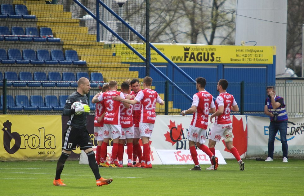 Fotbalisté Zlína (ve žlutých dresech) se ve 29. kole FORTUNA:LIGY utkali s Pardubicemi. Foto: Jan Zahnaš