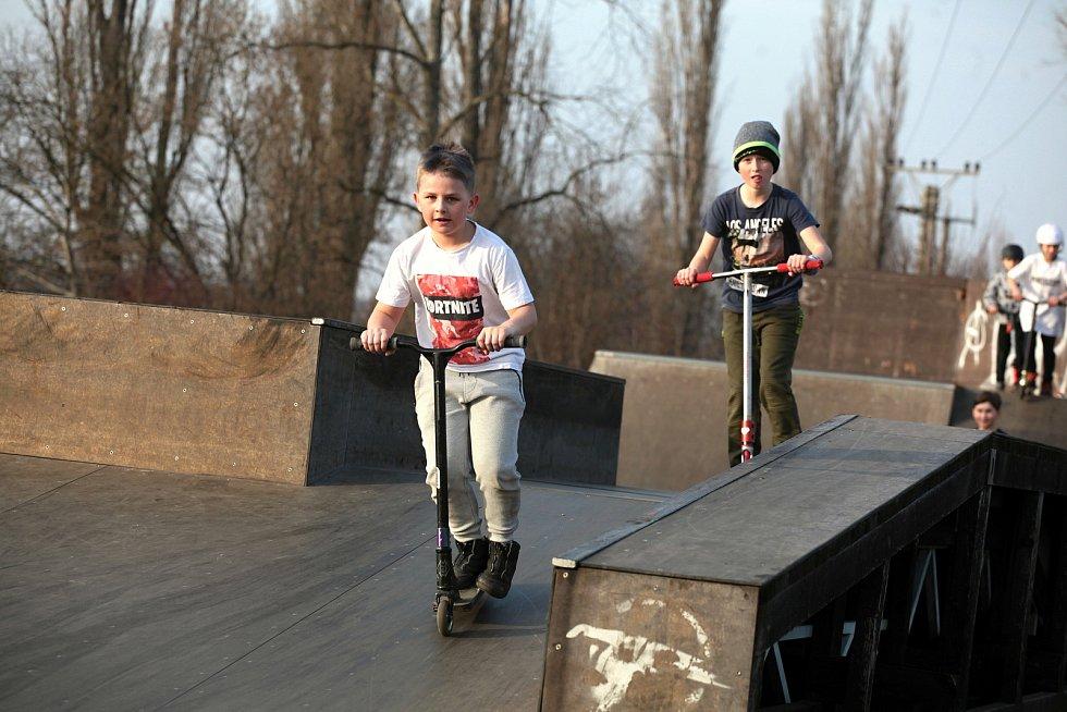 Skatepark na Napajedlích obsadili především mladí sportovci; neděle 28. února 2021