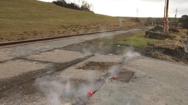 Kouřící vlaková zastávka v Divnici.