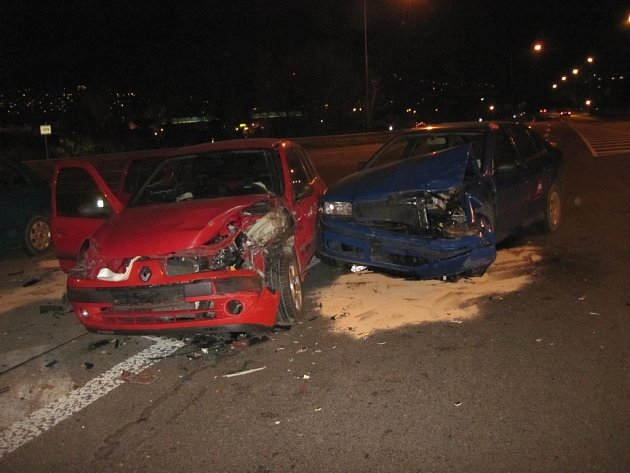 Na ulici Mostecká došlo ke střetu osobních vozidel značky Renault Clio a Škoda Octavia.