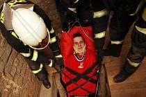 Záchranná akce hasičů ve věži zlínského kostela, roli zraněného si vyzkoušel novinář Zlínského deníku.