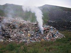 Hořící skládka odpadu ve Slavičíně