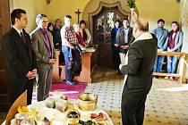 Při výročí znovuotevření hotelu Augustiniánský dům v Luhačovicích posvětil farář Hubert Wojcik (na snímku) svíce, olej a víno v hotelové kapli Panny Marie.