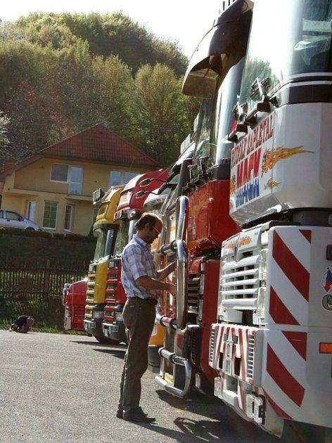 KRÁLOVÉ DÁLNIC. Do Březůvek dorazilo jedenáct řidičů se svými kamiony.