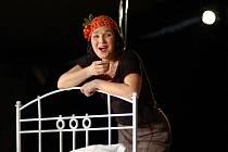 Madam Piaf. Na snímku představitelka hlavní role Helena Čermáková.