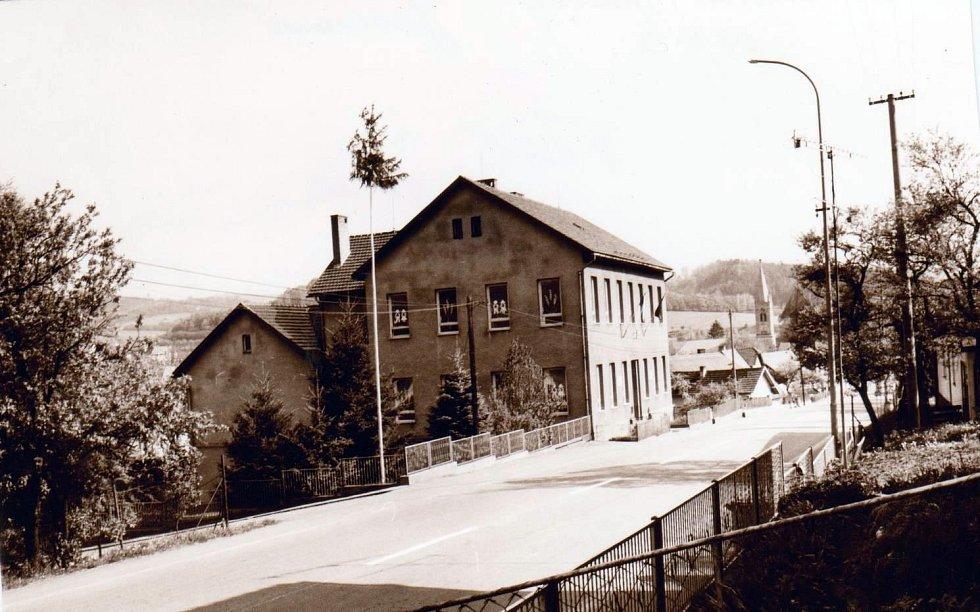 Základní škola Jasenná, pohled na školu v 80. letech 1973.