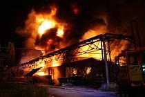 Požár v průmyslovém areálu v Otrokovicích dne 17. května 2017.