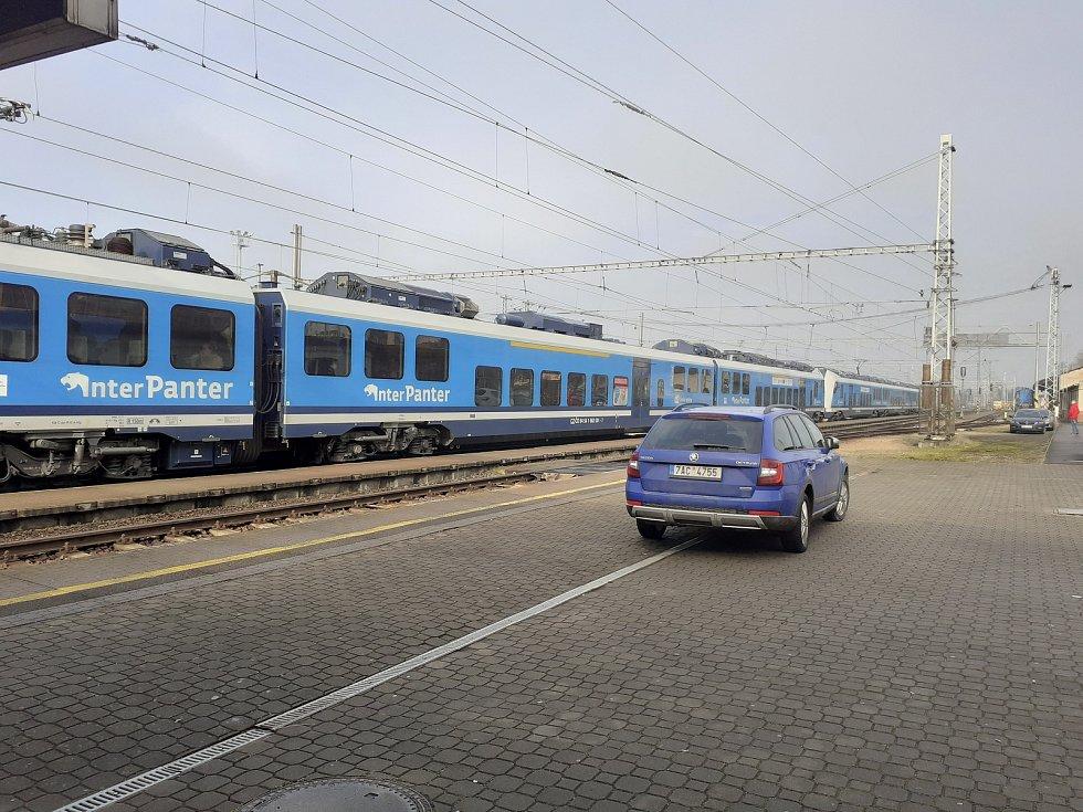 Stojící vlaky na otrokovickém nádraží