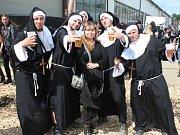 Pětice kamarádů z Vyškovska si Masters of Rock ve Vizovicích užívala v převlecích za jeptišky.