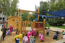 Děti z Mateřské školy Dětská na Jižních Svazích začaly využívat nově zbudovanou školní zahradu U ptáčat.