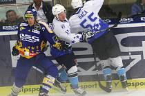 Extraligoví hokejisté Zlína (v modrém) přivítali v přípravném zápase na nadcházející sezonu slovenskou Nitru.