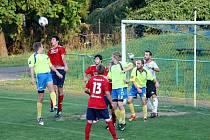 V utkání 1. A třídy Kelč (žluté dresy) překvapivě podlehla Valašským Kloboukům (1:2).