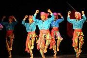 """Vystoupení souboru """"Taiwan aboriginal dancers culture and arts group"""" v divadle ve Hvozdné."""