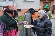 Lucie Turčyn Kalinová nabízí koledníkům boží milosti, tradiční sváteční masopustní sladkost.