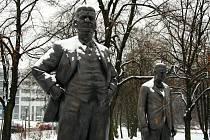 Sníh ve Zlíně pokryl i sousoší bratrů Baťových.