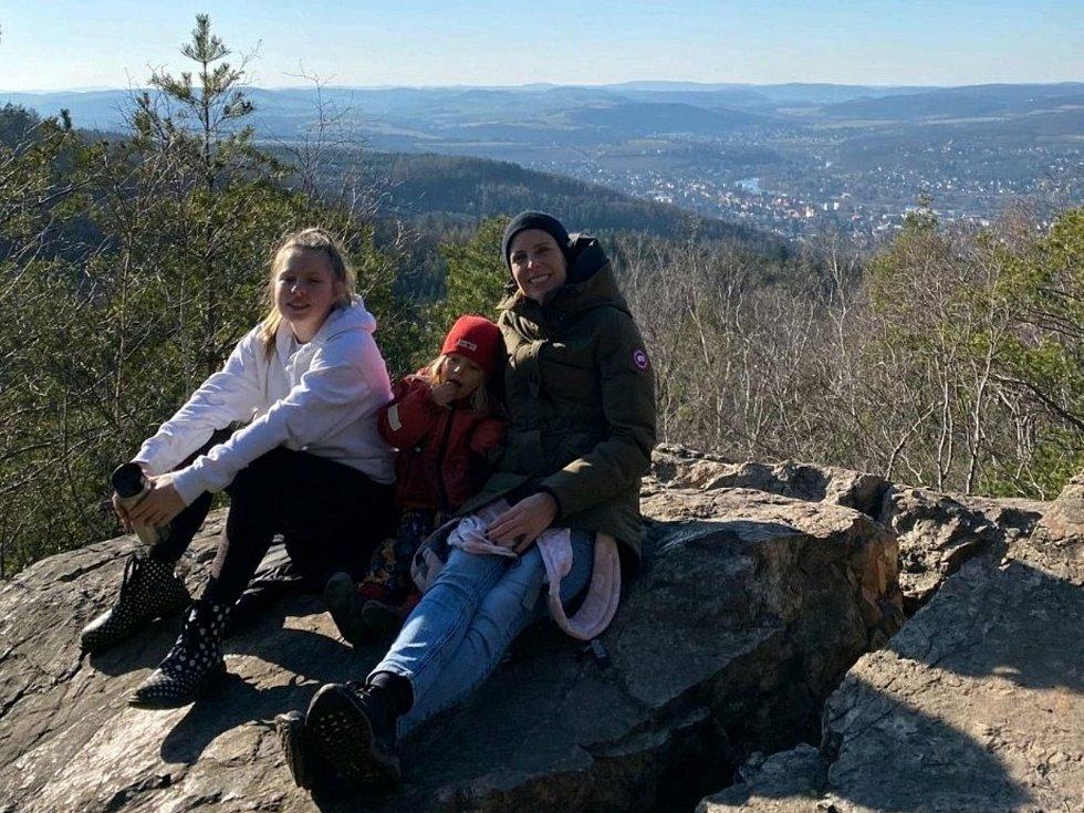 Kampaň Pomáháme pohybem aneb Strava nejen pro puštíka spustila na pomoc zlínské zoo Obchodní akademie Tomáše Bati ve Zlíně. V kategorii Nadšenci - přátelé školy se jí zúčastnila také Magdalena Dostálová s rodinou.