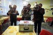 Volby 2017 Volení do přenosné urny v Krajské nemocnici T. Baťi ve Zlíně.
