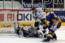 Hokejové play-off Zlín (v modrožlutém) - Sparta.