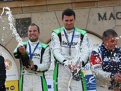 Tovární jezdec Škody Jan Kopecký (uprostřed) se spolujezdcem Pavlem Dreslerem (vlevo) splnil na Barumce roli hlavního favorita a zapsal se do historie elitní české automobilové soutěže.