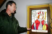 Starosta Doubrav Jiří Šulák s vitráží sv.Vojtěcha, budoucího patrona kaple