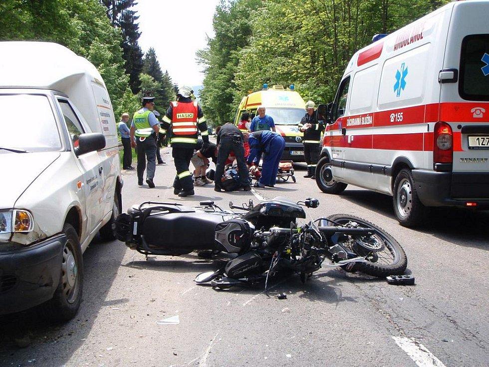 U Horní Lhoty došlo k havárii osobního auta zn. Mazda 323F a následně k dopravní nehodě motocyklu zn. Yamaha a osobního auta zn. Š pick-up.