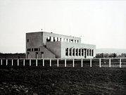 Výstava  S Baťou do oblak v letištním hangáru v Otrokovicích.Správní budova letiště v Otrokovicích 1933