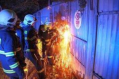 Hasiči zasahují při požáru v bývalé tržnici ve Zlíně