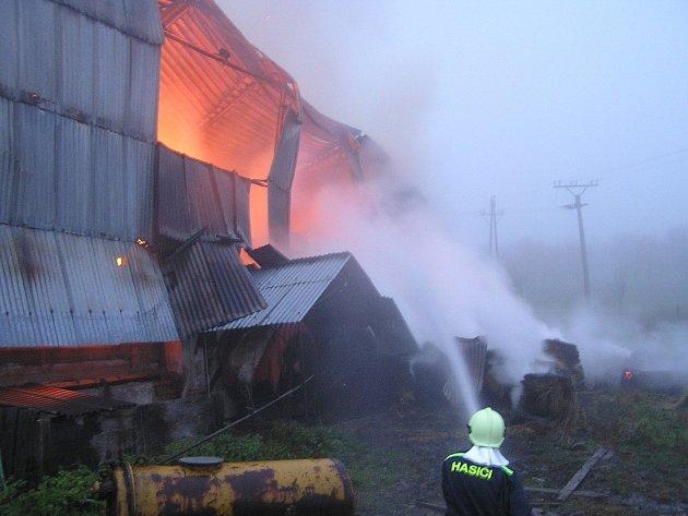 Náročný zásah. U rozsáhlého požáru muselo zasahovat sedm hasičských jednotek.