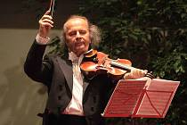 Václav Hudeček koncertuje v hotelu Baltaci ve Zlíně.