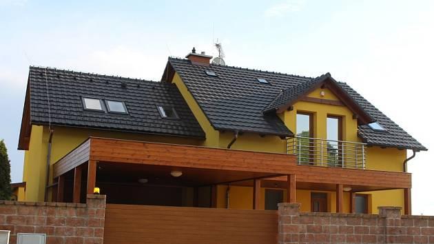 Nově opravený dům po roce žhářského útoku