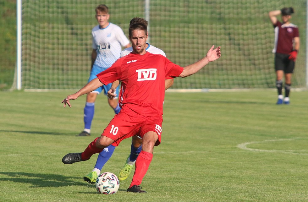 Fotbalisté Otrokovic (v modrobílých dresech) proti Slavičínu potvrdili roli favorita.