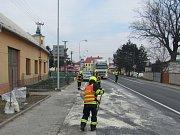 Motorový olej znečistil asi 150 metrů frekventované silnice. Čištění trvalo skoro tři hodiny