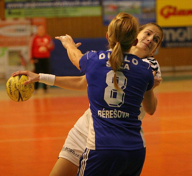 S míčem domácí házenkářka Šárka Marčíková.