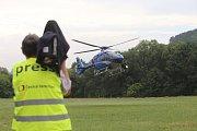Hejtman Čunek hledá divočáky z vrtulníku.
