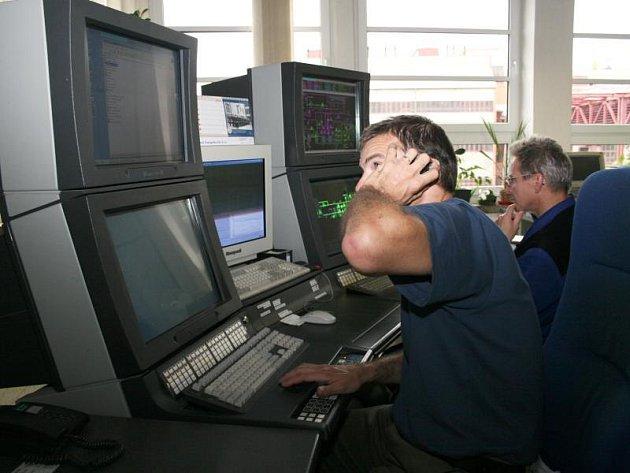 Pracovníci zlínské teplárny zvyšují výkon kotlů, aby mohlo teplo proudit do všech bytů ve Zlíně.